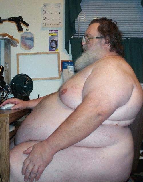 бородатый толстый мужик за компом всё